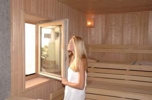 Durch ein Fenster kann man aus der Granitsauna ins Freie blicken