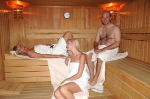 Gemeinsamer Saunagang in der Kräutersauna